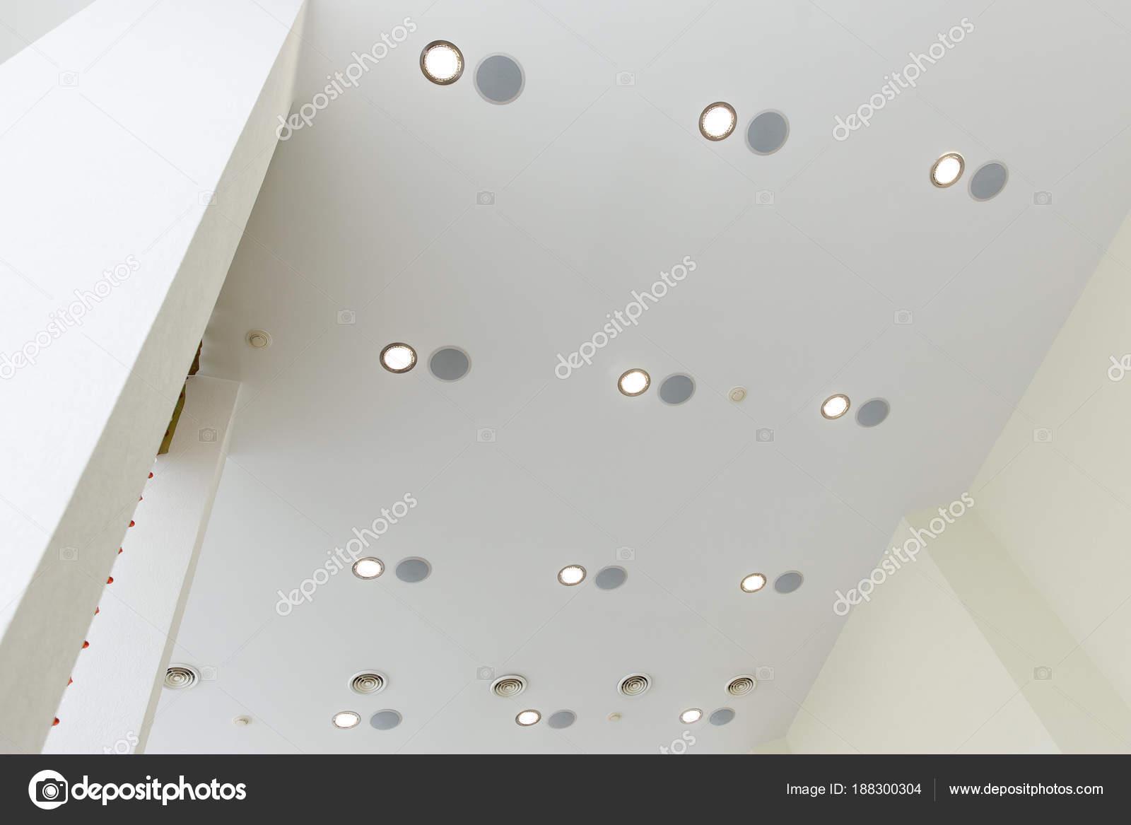 Moderne mehrschichtige Decke mit eingebetteten Lichtern und ...
