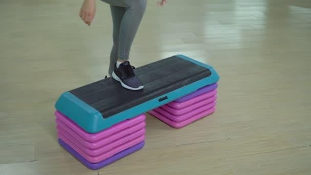 Mladá žena sportovní cvičení v tělocvičně. Kardio trénink
