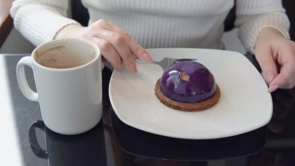 Lahodný dezert. Žena v café vypít kávu a dort