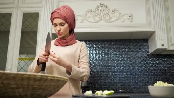 Muslimka vaří wellness jídlo řezání ovoce zpomalení pohybu