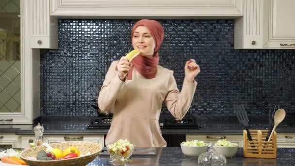 šťastná dáma tančí a zpívá pomocí banánu jako mikrofon