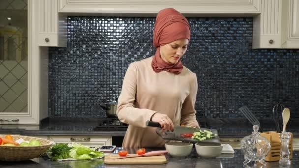 vonzó háziasszony hidzsáb tesz vágott friss zöldség mély lemezek készítése halal élelmiszer