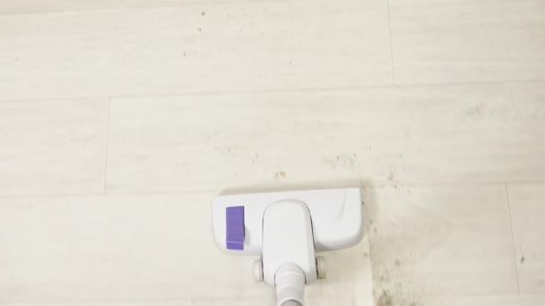 vysavač čistí podlahu. Úklid domu. Pohled shora.