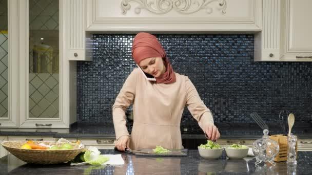 hospodyňky připravuje večeři a rozhovory s přítelem po telefonu