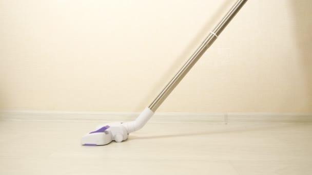 Hausreinigung. Staubsauger reinigt den Boden
