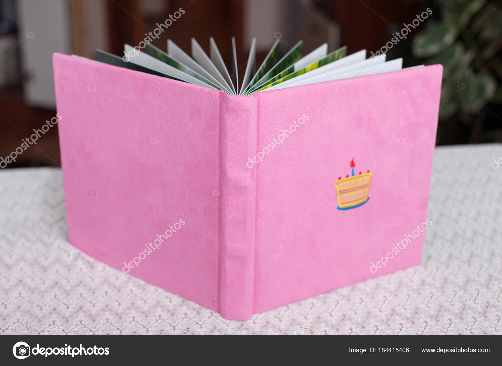 cb9f48bfb Krásné fotoknihy ve světle růžový textilní obal. Dětská fotoalba s  dekorativní výšivkou narozeninový dort. Nízká hloubka ostrosti — Fotografie  od ...