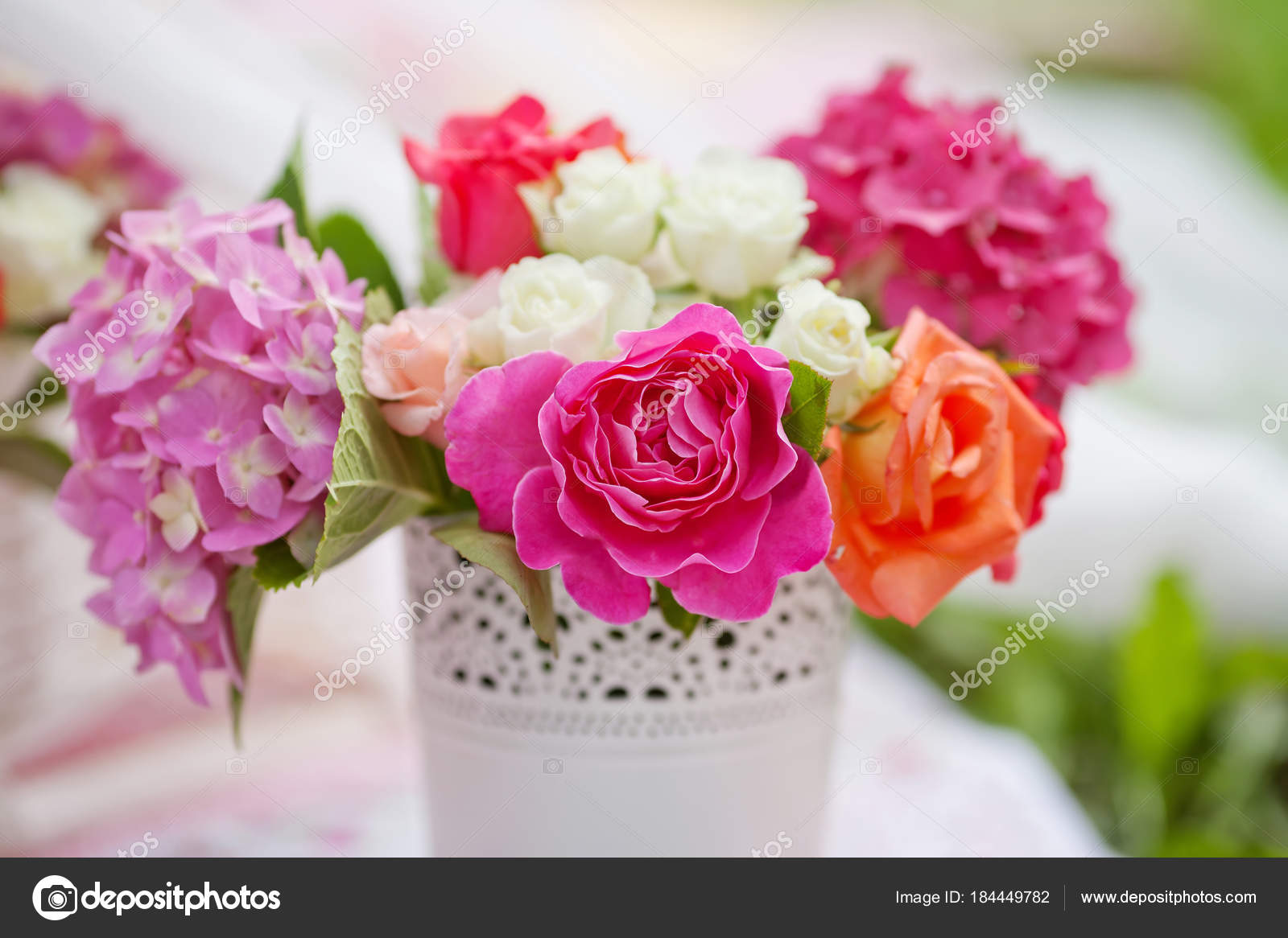 Fiori Bianchi In Vaso.Bouquet Di Fiori Bianchi E Rosa In Un Vaso Foto Stock C Liudmila