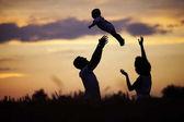 Siluety happy childn s matkou a otcem. Rodina na s