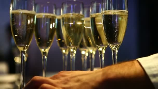 der Barkeeper stellte die Champagnergläser auf die Theke