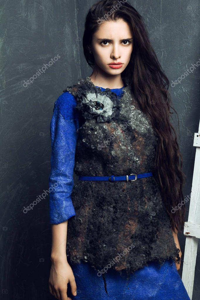 481d020a618f9 Fille D une D hiver À Robe Jeune Belle L Chaud Posant Vêtue Xq15tx8w