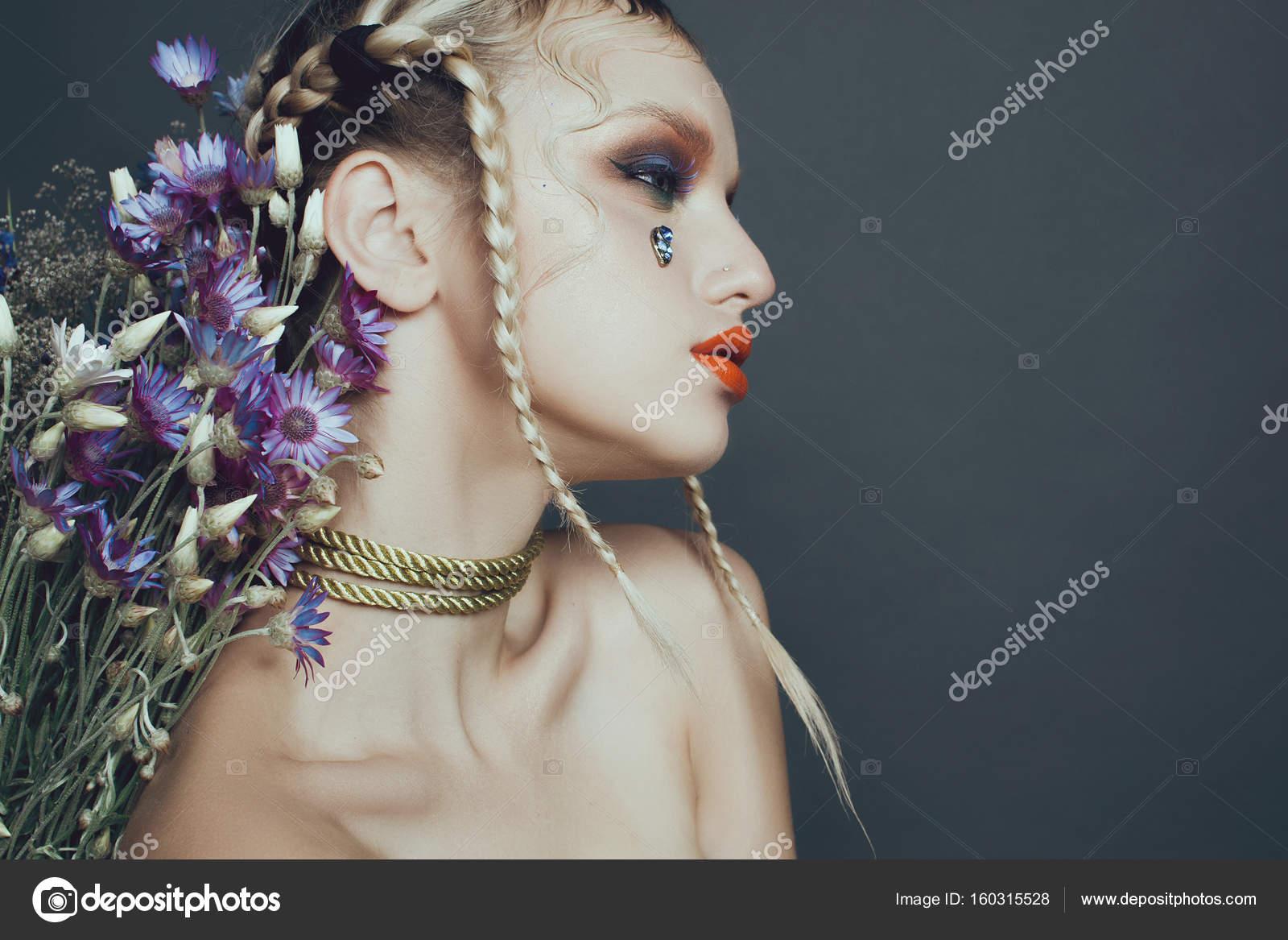 La Mode Féminine Portrait En Studio Avec Des Cheveux De Maquillage