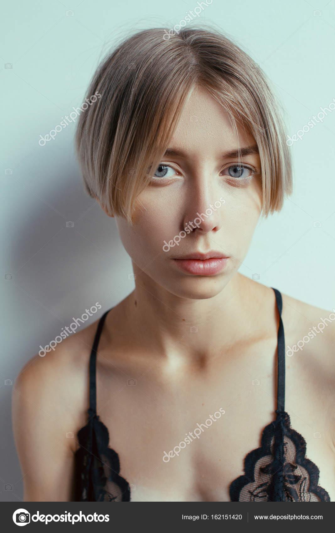 Schone Blonde Madchen Mit Kurzen Frisur Stockfoto C Alexbutko Com