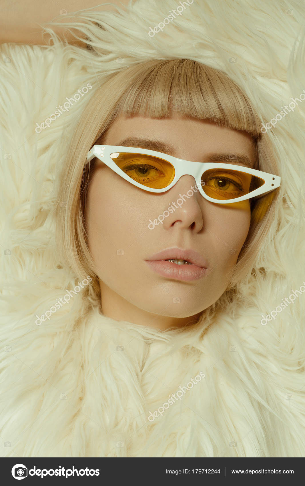 339f1d7318322 Loira Com Cabelo Curto Estilo Óculos Moda — Fotografia de Stock