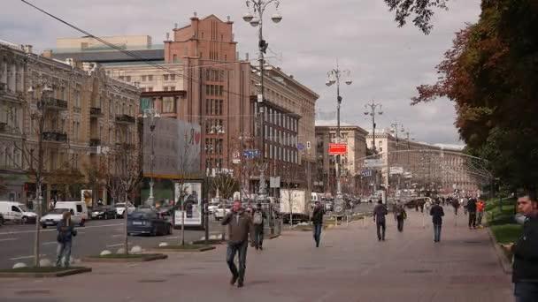 5d0ad95898a5 Время перерыва Киев, Главная улица, люди, автомобили, пасмурная ...