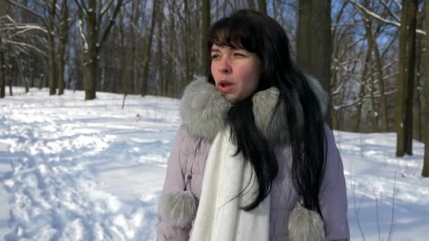 Docela Brunette dívka úsměvy a body prst na něco mimořádného. Zimní sníh Zpomalený pohyb