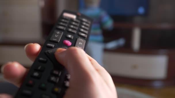 Közelkép makró női kéz használ a távirányító, intelligens Tv készlet