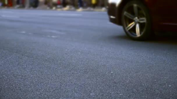 Detail auta kola na asfaltovou silnici. Město Street.Transport vozidla