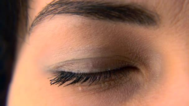 Detail. Makro modrý ženské lidské oko. Žákem rohovka oka Iris řasy. Blikání otevřeno zavřeno. 30p 1/2 reálném čase změní rychlost 60p