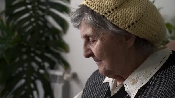 Portré Szomorú Idős Nő Idős Nagymama Gondolkozik Az Életről Ül Nyugodt A Karosszékben. Lassú mozgás 0,5 sebesség
