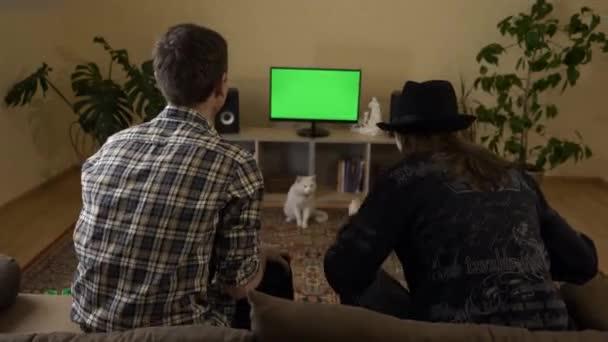 4K 60p Vzrušení přátelé Fanoušci v přední části zelené obrazovky Sledujte roztleskávání TV Sportovní hry soutěž. Mladí dospělí sedí na trenérovi Happy Cheer Emotions