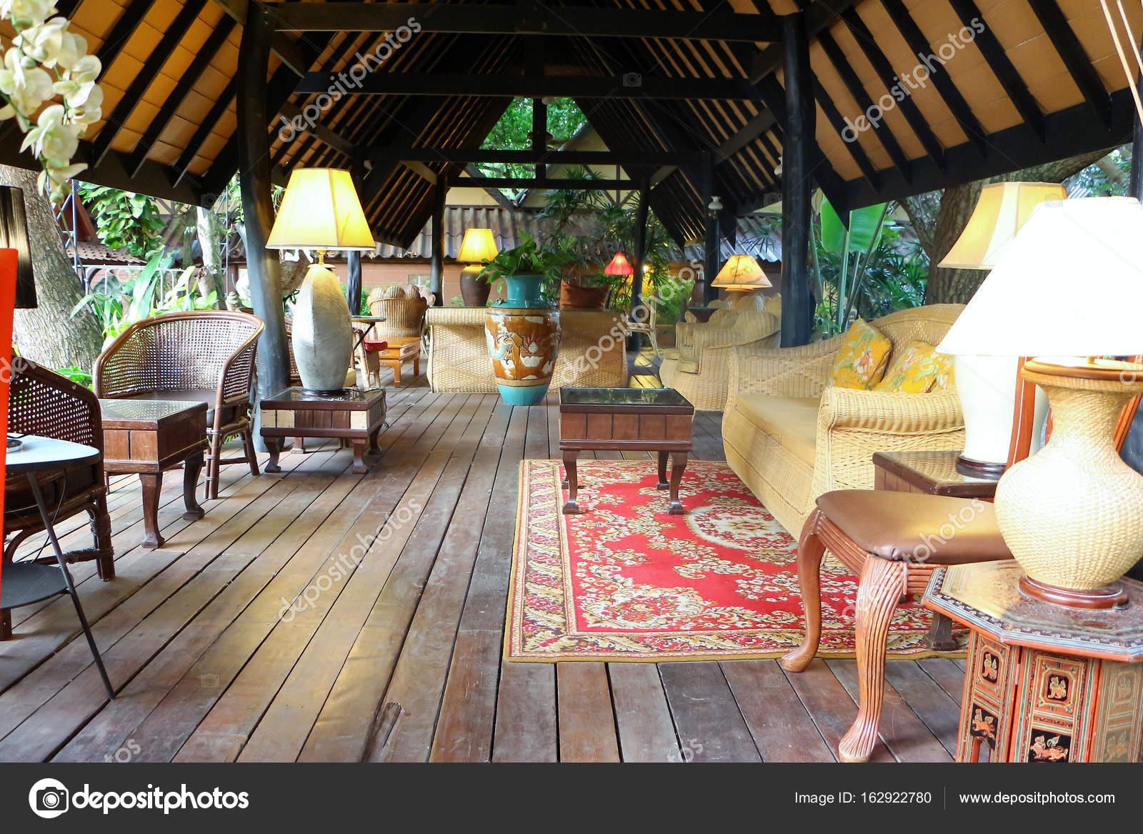 Sofá De La Rota En Terraza De Estilo Tailandés Fotos De