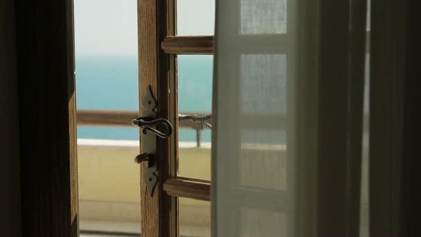 pohled z okna na moře