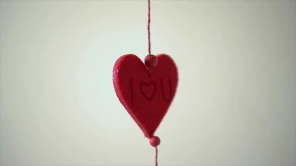 Valentinky den karta s srdce a slova lásky