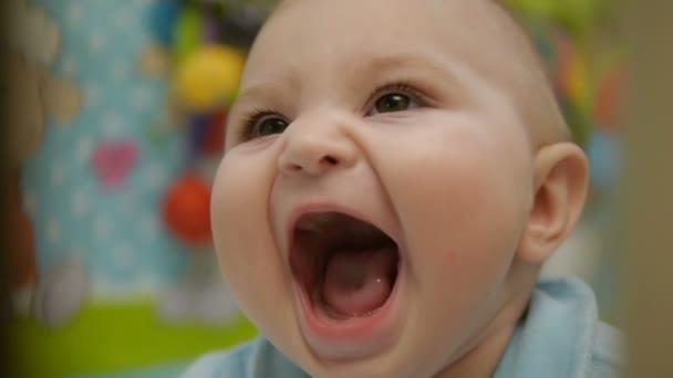 Malé dívky velikost 6 měsíců, smějící se, detail