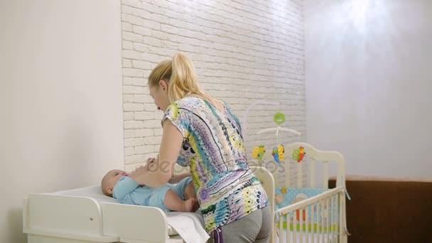 moeder 40 jaar Moeder van 40 jaar, spelen met een klein kind — Stockvideo  moeder 40 jaar