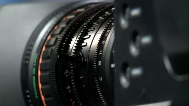 Profesionální videokamery objektiv na tmavém pozadí, makro