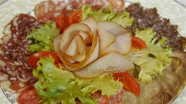 verschiedene italienische Schinken und Salami mit Kräutern