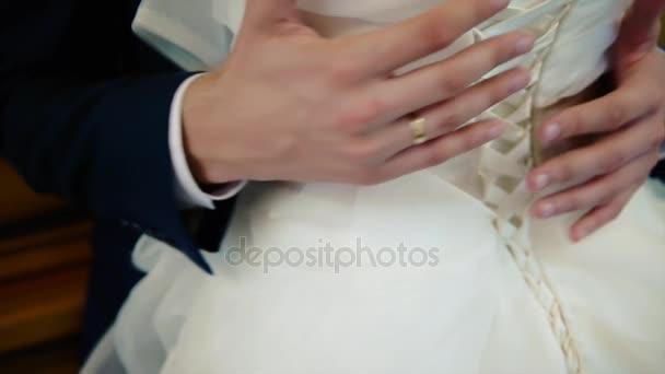 Die Hochzeit der Bräutigam die Braut umarmt, Nahaufnahme