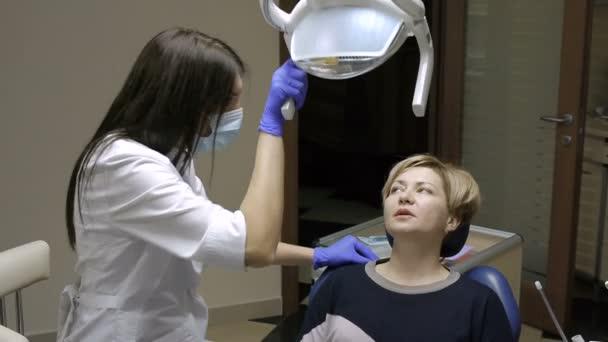 Zahnarzt sehr sorgfältig prüfen und reparieren Zahn seine Patientin