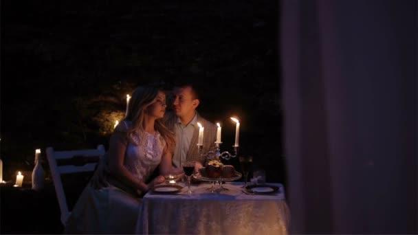 Un Couple Sur Un Rendez Vous Romantique Assis A Une Table Joliment