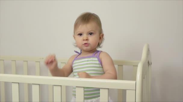 Édes kislány 1 év régi lány gyermekágy tánc