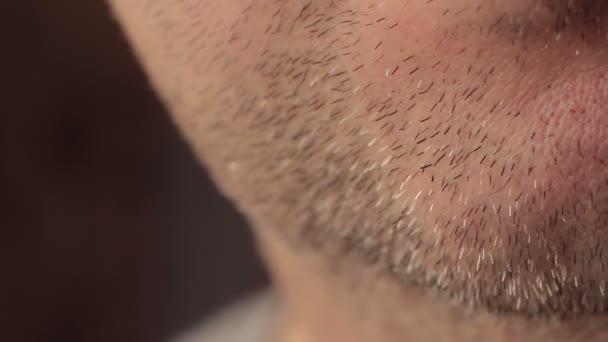 Detail neoholený obličej muže s třídenní strniště