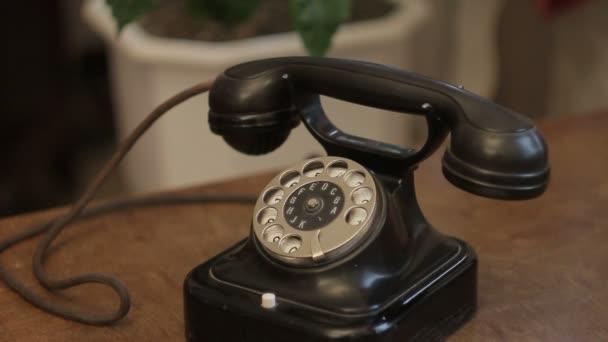 Detailní záběr na starém telefonu černý disk stojí na starožitný stůl