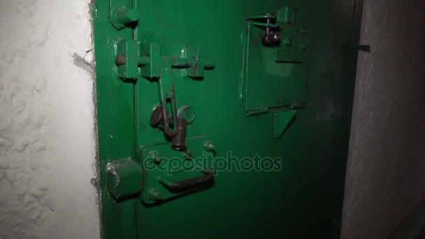 Zavřené dveře ve vězeňské cele