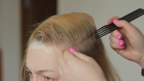 Saç Boyama Için Bir Güzellik Salonu Güzel Bir Kadında Beyazdır Kök