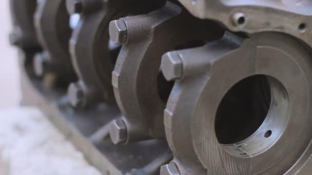 Detail z odstaveného vozu motor box a klíč