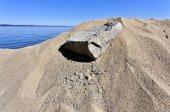 Fotografia la texture della sabbia sotto i raggi diretti del sole sul lago