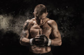 Photo Mixed martial artist posing on a black background. Concept of mma, ufc, thai boxing, classic boxing. Mixed media