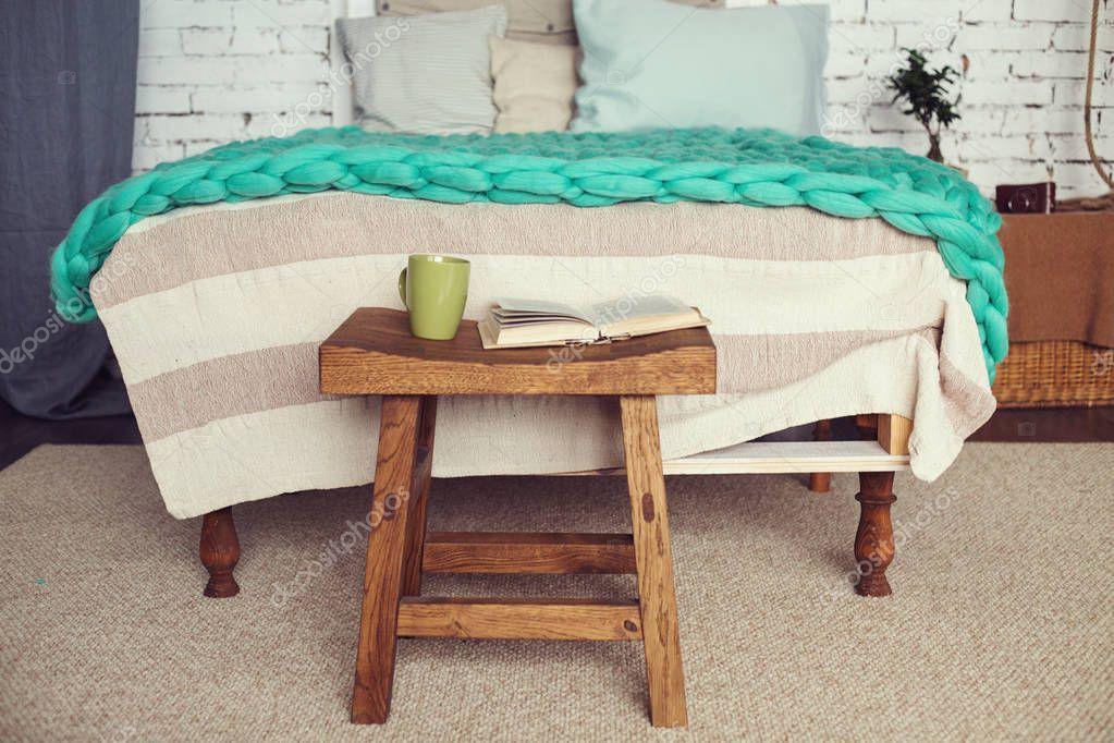 Interno accogliente soppalco della camera da letto in colori