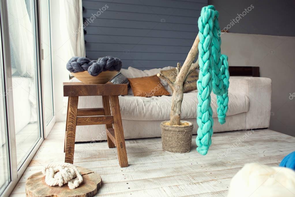 warme atmosphare mit gestrickten sachen wohnzimmer in hellen farben stockfoto