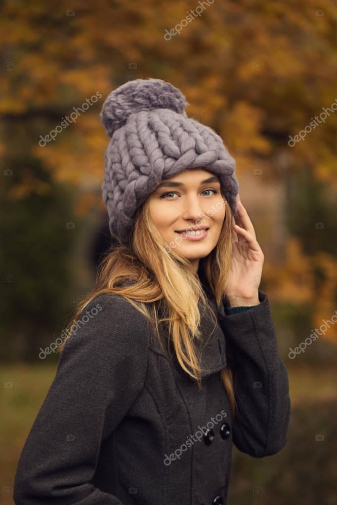 Bella giovane donna che indossa pastello lana merino colori cappello e  sciarpa vivere all aperto di mattina fresca — Foto di ... 6ac10723083d