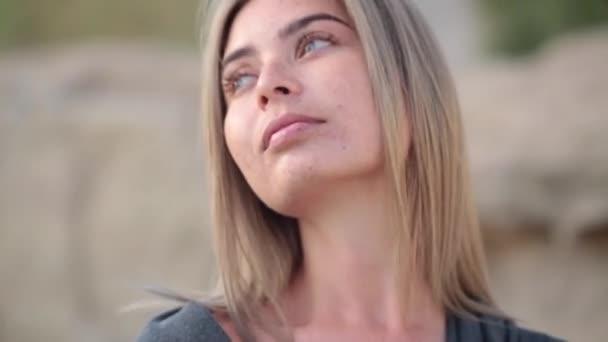 Szép félénk lány, a szeplő, lelőttek egy elmosódott háttér hatása a mozgó kamera arc.