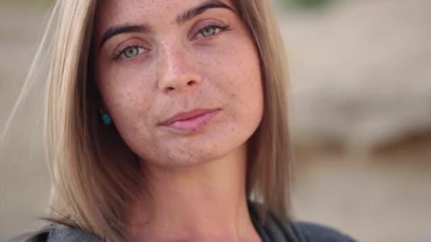 Szép félénk lány, a szeplő, lelőttek egy elmosódott háttér hatása a mozgó kamera arc