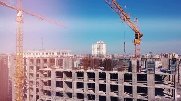 Blick auf die Baustelle, oberste Etage vor dem Hintergrund der Stadt und der Bauarbeiter
