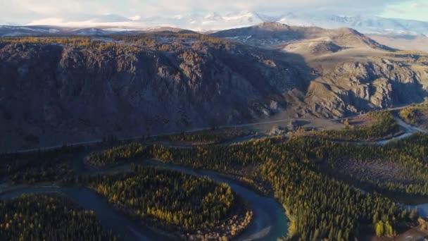 Altajské republice. Horská krajina. Sibiřská Tajga. Sibiřský les. Pohoří Altaj. Les v horách. Žluté stromy. Na hory. Krajiny na Sibiři. Hory a kopce v Rusku. filmová krajina. Podzim na horách. Horské údolí