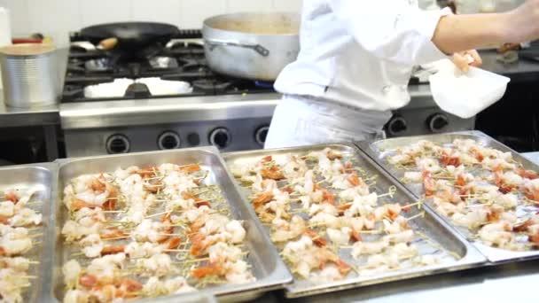 Ženské cook uvedení nějaké koření Špíz krevety, 4k
